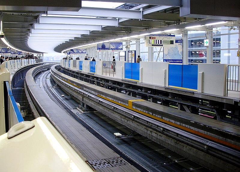 从1号站台一侧看呈一定弧度的东京单轨国际车站