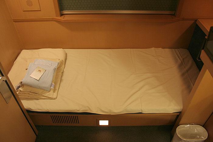 日出濑户列车单人豪华间内85厘米宽的床铺