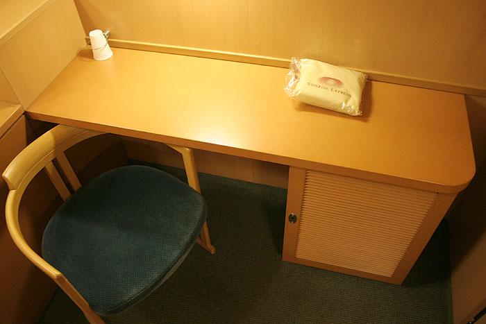 日出濑户列车单人豪华间内可进行简单办公的一桌一椅