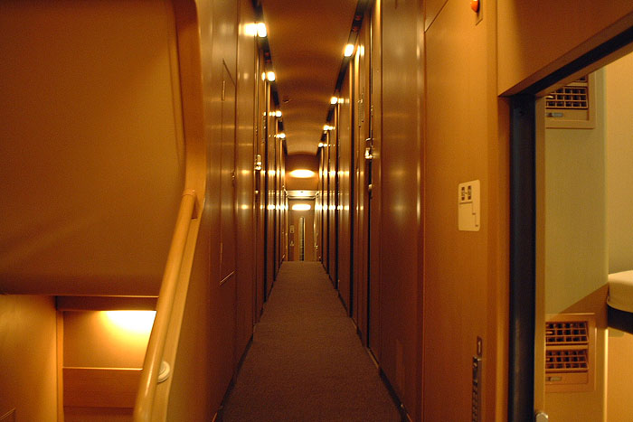 中间的走廊,两侧就是一个挨着一个的独立房间