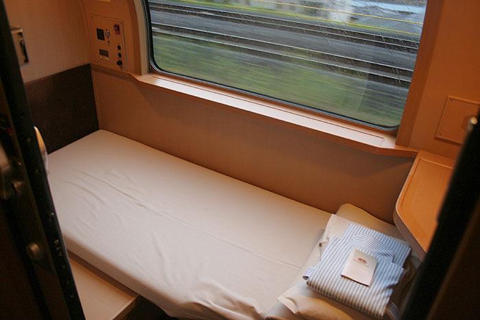 日出濑户列车床铺靠窗设置的单人标间