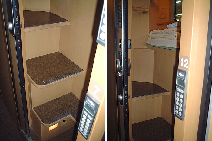 3号车厢内略显狭窄的通往上层单人经济间的楼梯