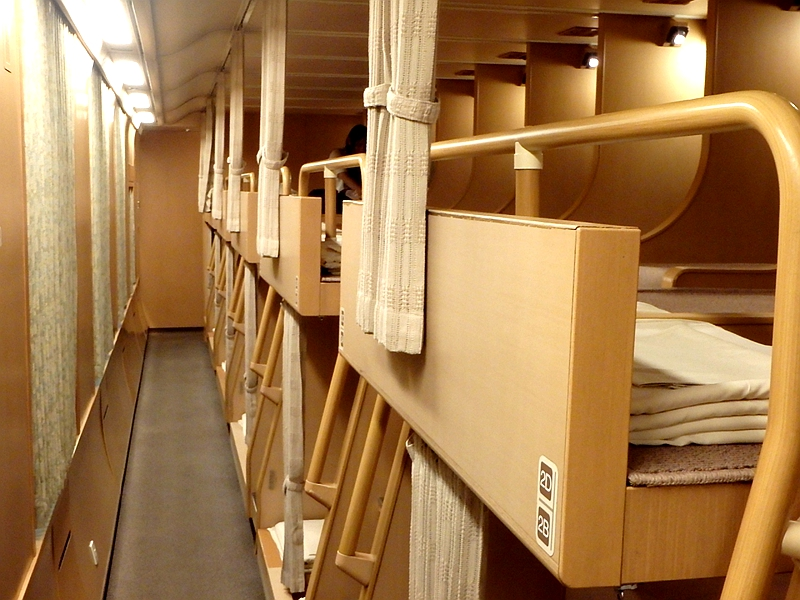 日出濑户列车上下两层的通铺