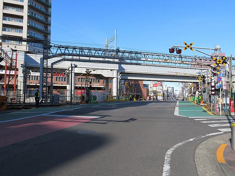 摄于2018年的竹之塚站南侧的铁道路口