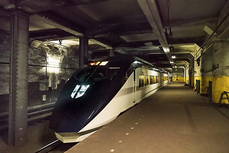 一列从上行站台驶过的Skyliner特急AE列车