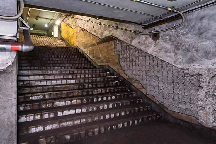 从联络地道前往下行站台的楼梯