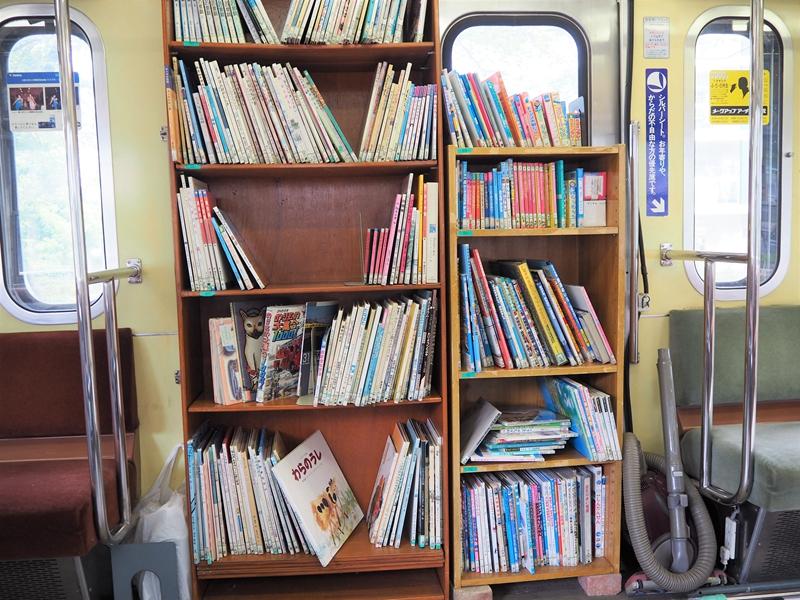 在原电车车门位置处放置的书柜