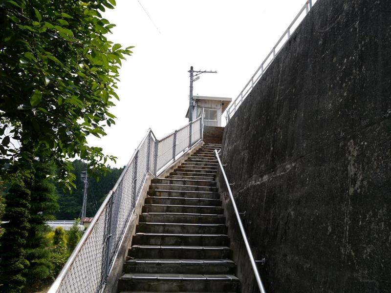 进出田切站的楼梯