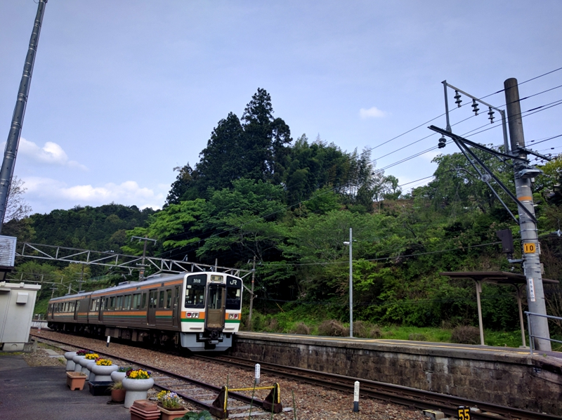 在咖啡店里一边小憩,一边静看饭田线列车的来来回回