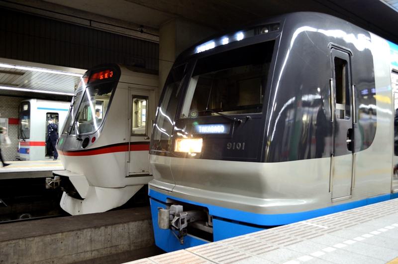 在泉岳寺站同时停靠中的京成3400型列车、都营5300型列车以及北总9100型列车