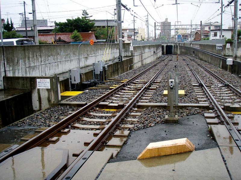 上饭田联络线从地下钻出地面的隧道口