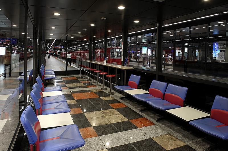 中部国际机场站站台上设置的可供短暂休憩的候车空间