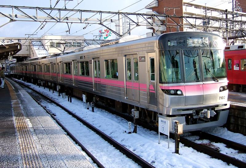停靠在犬山站的上饭田线7000系列车