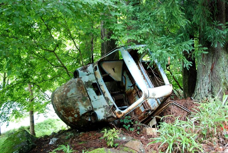 小和田站站房后面废弃的农用三轮车