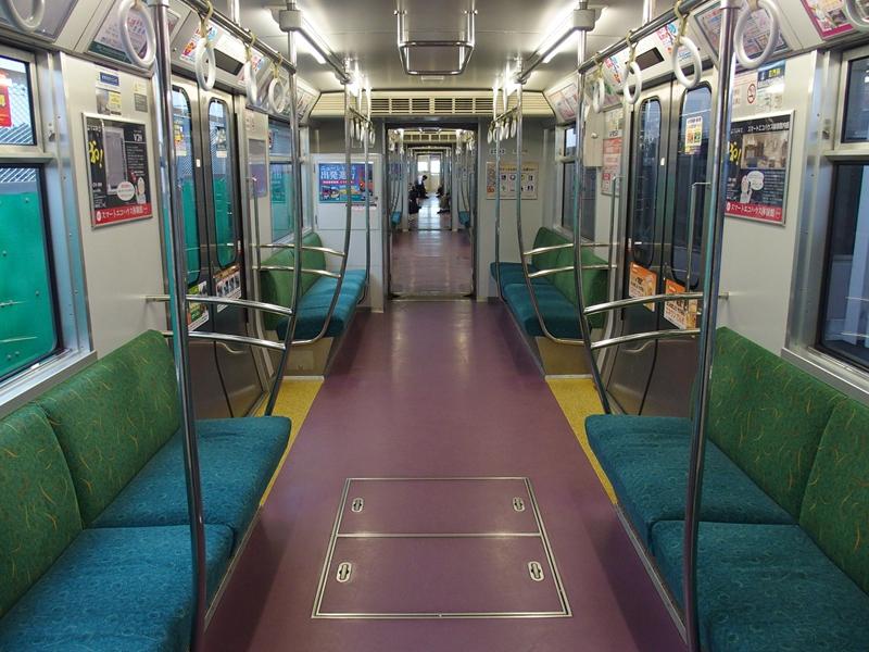 琦玉新交通伊奈线2000系列车内部