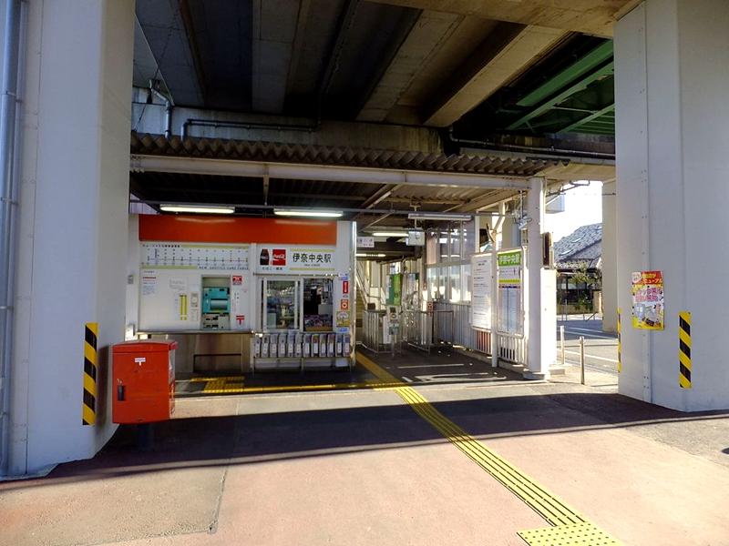伊奈中央站位于车站高架下的检票口