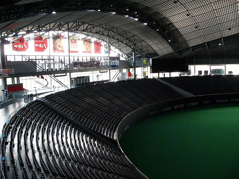 正对札幌穹顶体育场活动幕门结构的座椅区