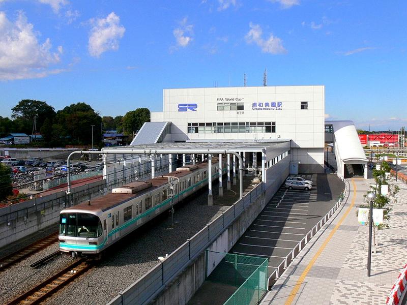 一辆行进在埼玉高速铁道所属的浦和美园站的东京地铁南北线9000系列车