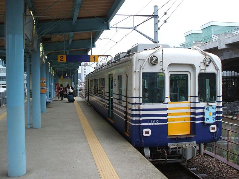 临时地面线上运行的越前铁道站台
