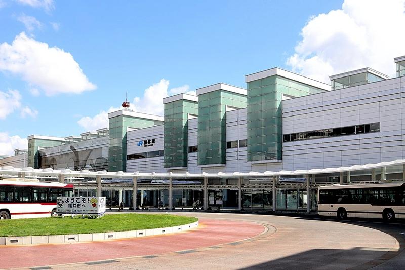 从西侧看高架化改造后的JR福井车站