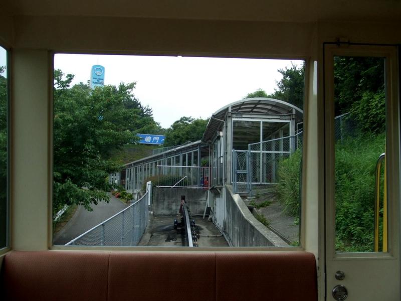 从运行中的斯洛皮单轨列车看位于高处,靠近鸣门高速大巴车站的单轨终点站