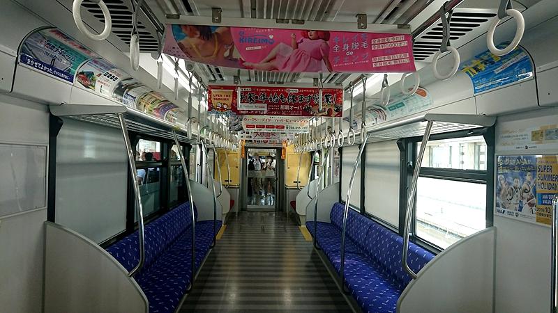 冲绳单轨1000系列车内部的2组靠窗长椅