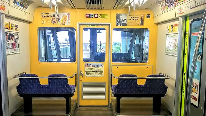 冲绳单轨1000系列车设在驾驶席后方的2组横排座椅