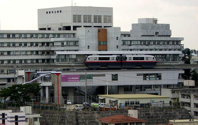 从侧面看市立医院前站以及一列驶经该站的冲绳单轨列车