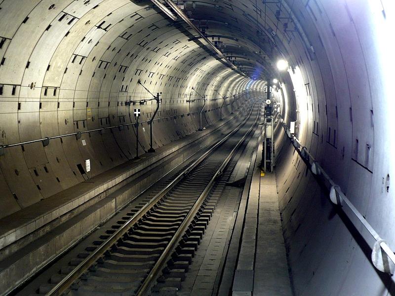 从站台远眺东京地铁半藏门线锦丝町站用盾构法开挖的隧道