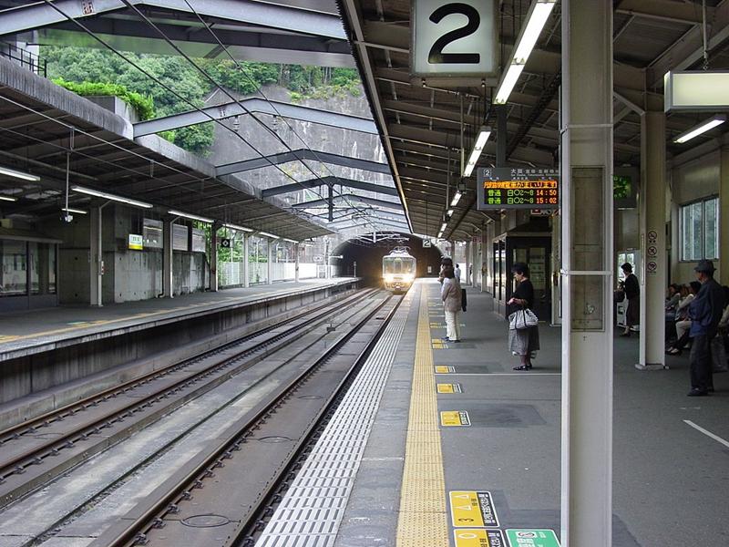 从西宫名盐车站的2号站台远眺通往兵库县尼崎市的隧道