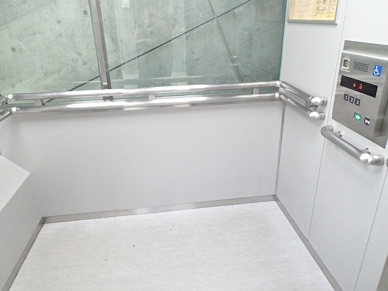 西宫名盐新城斜行电梯轿厢内部