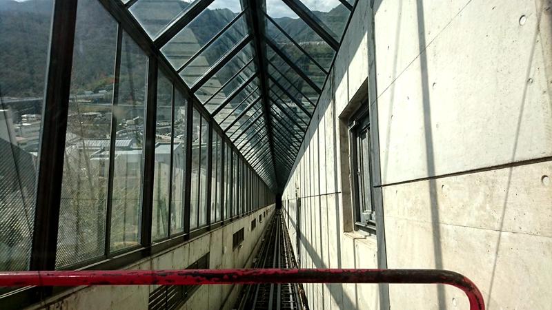 从运行中的红色电梯轿厢内部回看斜行电梯的运行轨道
