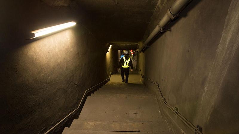 封存已久的通往万世桥站的楼梯,两侧的墙壁和地面布满灰尘,破败不堪