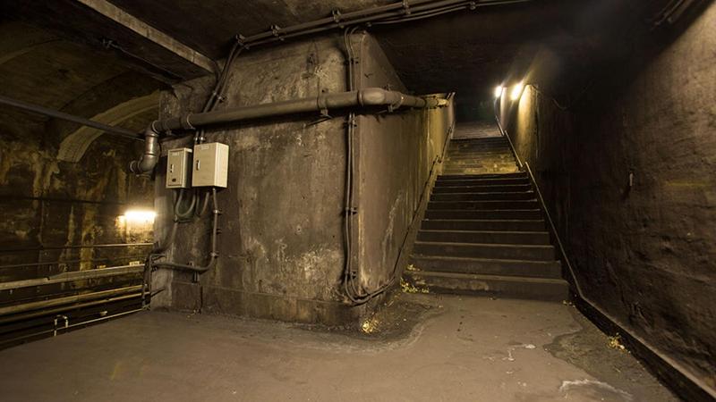从原万世桥站的临时站厅回看通往地面出入口的楼梯