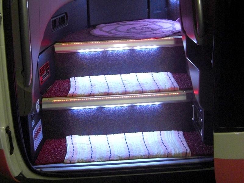 豪华夜行巴士芙萝拉入口处的楼梯