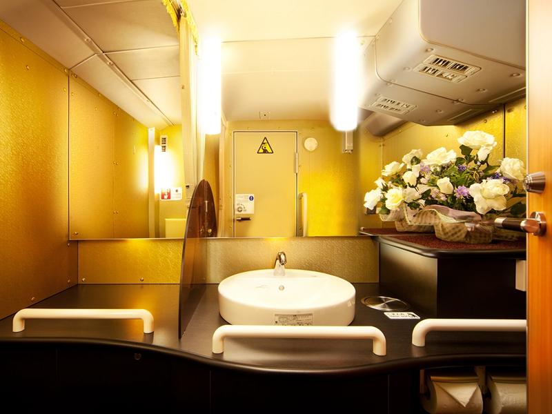 位于芙萝拉车厢尾部的洗手间内部