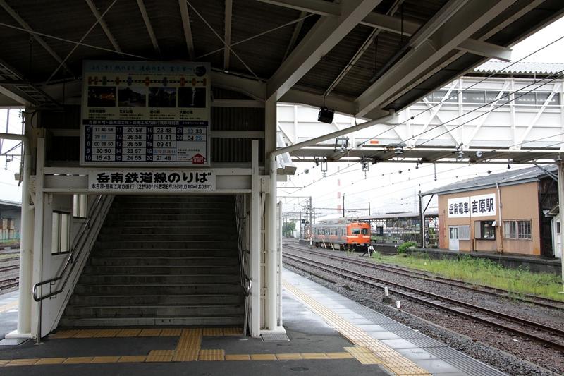 位于JR东海道本线站台上用于换乘岳南电车的换乘通道入口