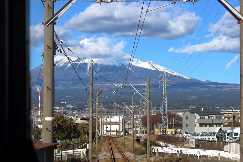 从运行在吉原站至JATCO前站间的列车上所拍摄到的富士山