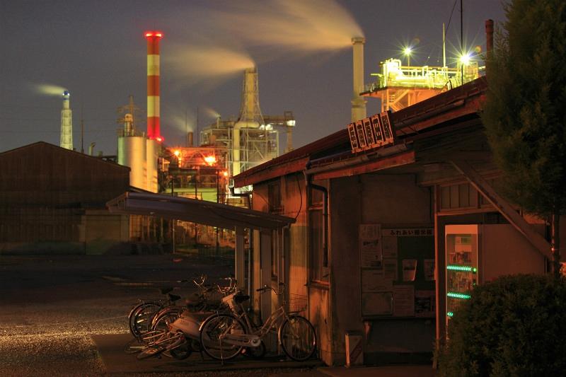 摄于夜晚的岳南原田站站房外景