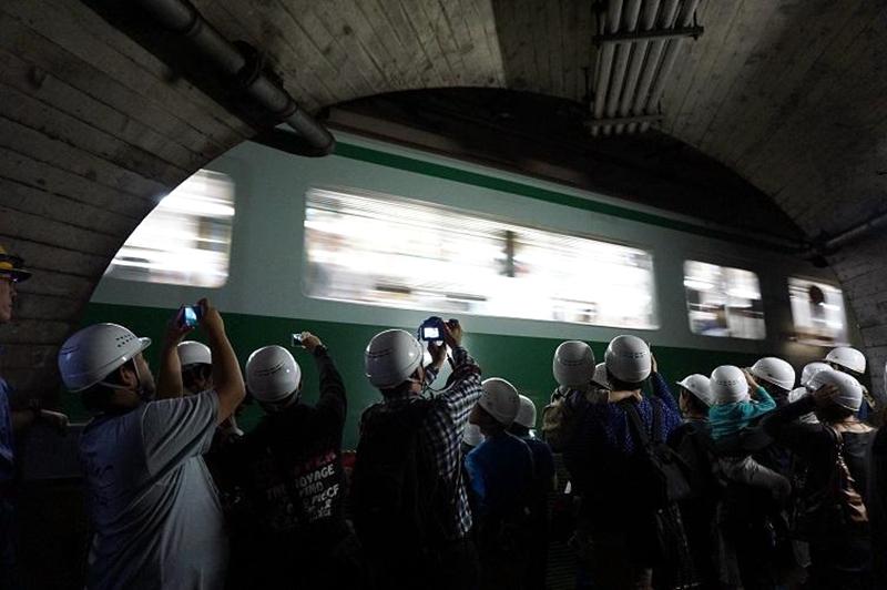 北神电铁开放日活动中参观隧道的人群