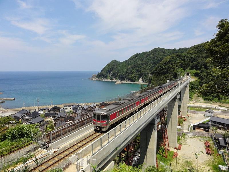 一列从山阴本线标志性的新余部桥上驶过的滨风号列车