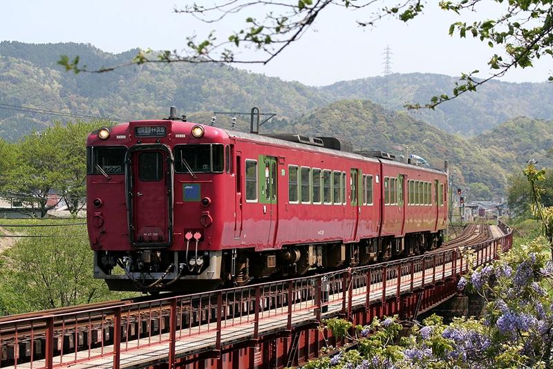一列行走在香住站至铠站区间的キハ47型内燃动车组列车