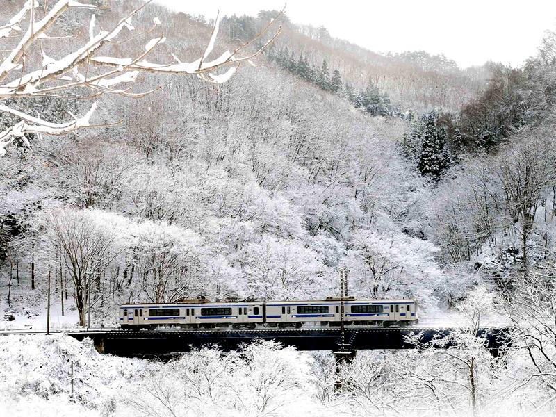 冬天银装素裹的银河铁道