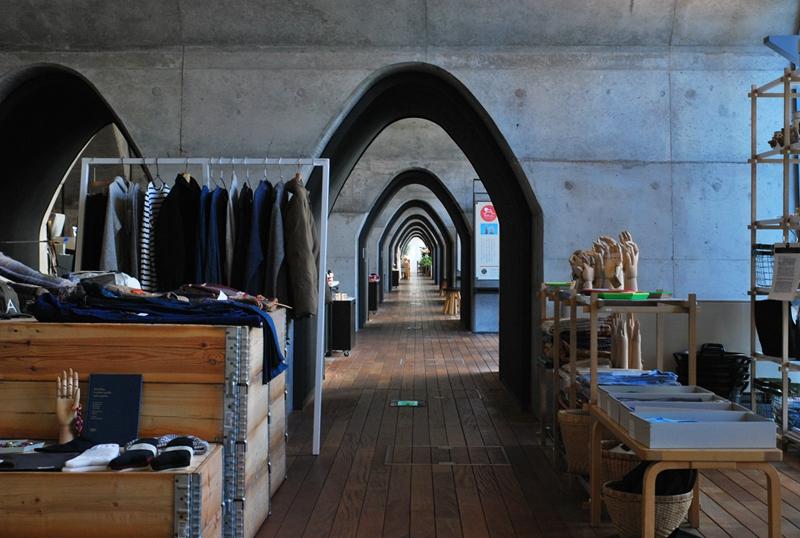 两个半圆形拱门串联起了mAAch ecute北侧所有的店铺