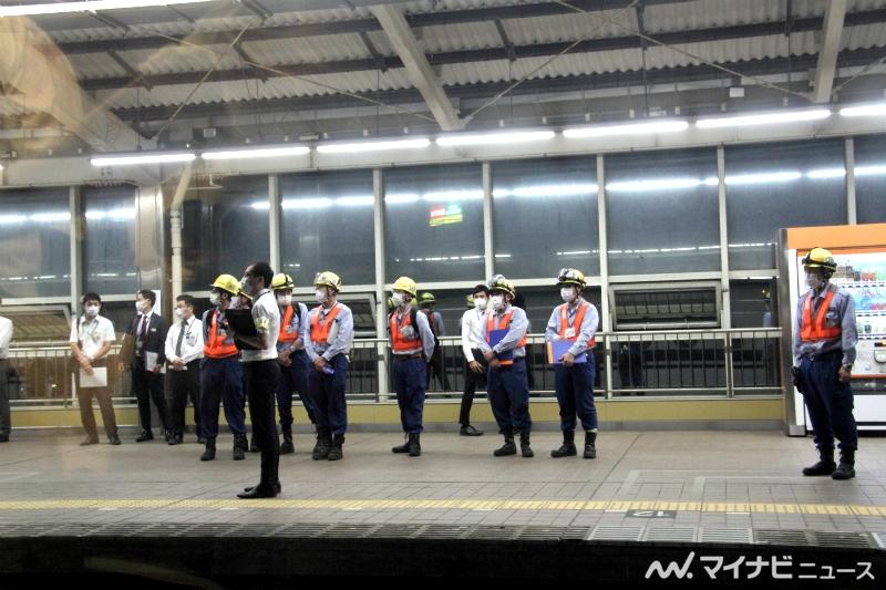 新富士站站台上负责地面接应的工作人员
